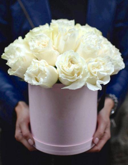 Цветы в коробке с открыткой